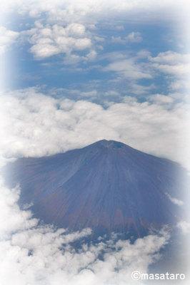 飛行機の上から見た富士山